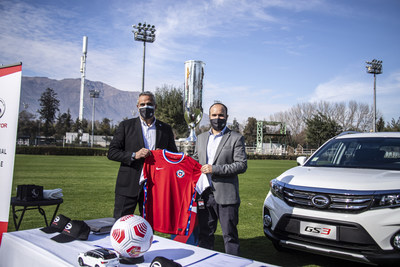 Ceremonia de firmas. Izquierda: Sr. Pablo Milad, presidente de la ANFP; derecha: Nicolás Piracés, gerente general de GAC MOTOR Chile (PRNewsfoto/GAC MOTOR)